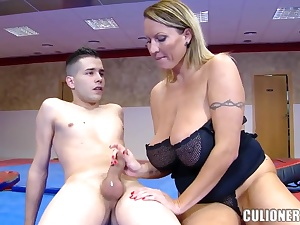 Unruly MILF sucking winning gym be useful to rub-down the 1st lifetime